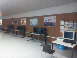 6 ordinateurs Linux sont mis à disposition des élèves dans le hall pour leur travail hors des heures de cours. Accès libre à toute heure de la journée, sauf en cas de réquisition pour les laboratoires.