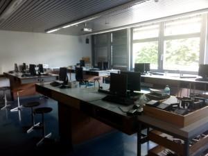 Salle utilisée pour les laboratoires de physique, équipée de 14 ordinateurs Linux en réseau. Les élèves disposent d'une place de travail permettant de mener à bien les expériences et de traiter les mesures sur ordinateur si nécessaire.